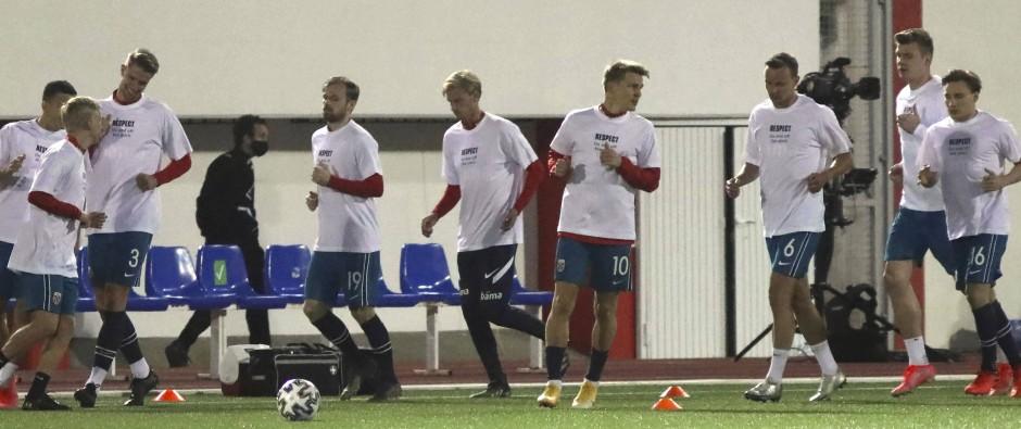 """""""Respect – On and off the pitch"""" (Respekt – auf und neben dem Platz): Diesen Slogan trugen die Norweger auf T-Shirts beim Aufwärmen."""