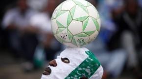 Fast wie Fasching: Afrikanische Fußballkunst auch auf den Rängen