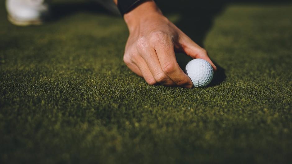 Nur wer die Platzreife hat, darf in Deutschland Golf spielen auf dem Platz.