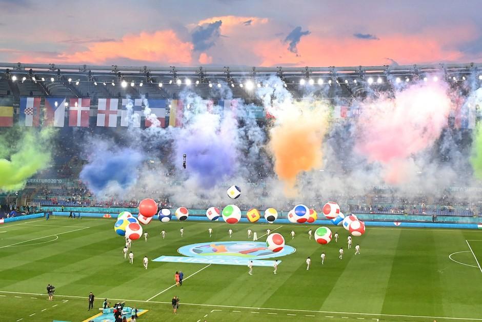 Wo Rauch ist, da ist auch Fußball: Die EM ist mit einem Jahr Verspätung eröffnet.