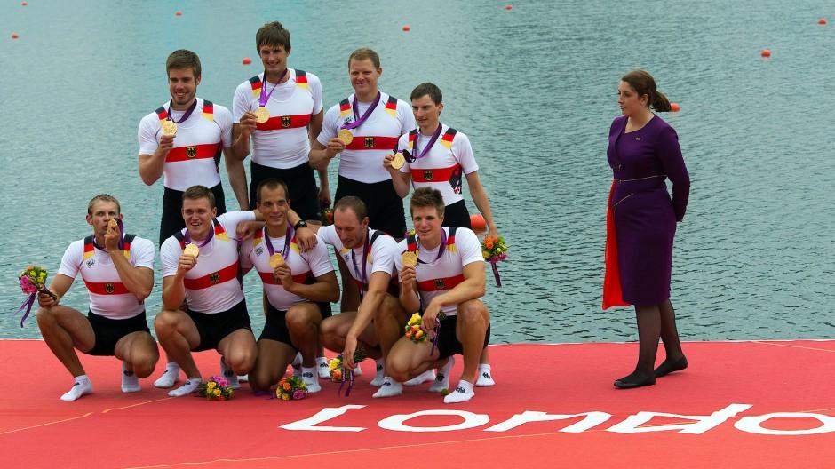 Maximilian Reinelt (vordere Reihe in der Mitte) gehörte zum siegreichen Deutschland-Achter bei Olympia 2012.