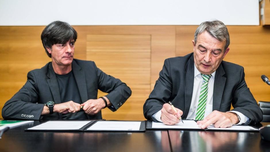 Im März unterschrieb Bundestrainer Joachim Löw (links) mit DFB-Chef Wolfgang Niersbach einen Vertrag bis 2018.