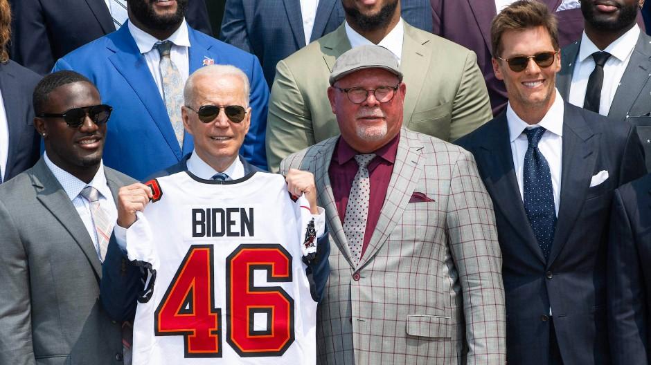 Empfang beim Präsidenten: Joe Biden mit Trikot der Tampa Bay Buccaneers mit Coach Bruce Arians (Zweiter von rechts) und Quarterback Tom Brady (rechts)