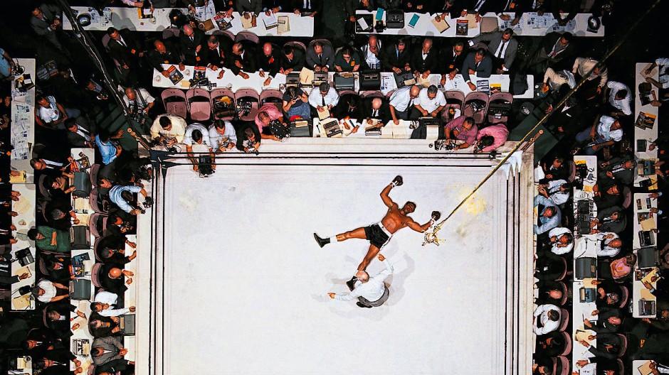 Eines seiner berühmtesten Fotos: Cleveland Williams liegt rücklings auf dem Ringboden, Muhammad Ali triumphiert. Für diese Aufnahme befestigte Neil Leifer seine Kamera im November 1966 an der Lichtanlage des Astrodome in Houston – etwa 25 Meter über dem Ring.