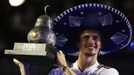 Reich beschenkt: Alexander Zverev mit Präsenten nach dem Sieg in Mexiko