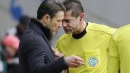 Gespräch an der Seitenlinie: Eintracht-Trainer Kovac (links) und Schiedsrichter Perl.