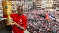 Kevin-Prince Boateng bei der Pokalfeier auf dem Frankfurter Römer.
