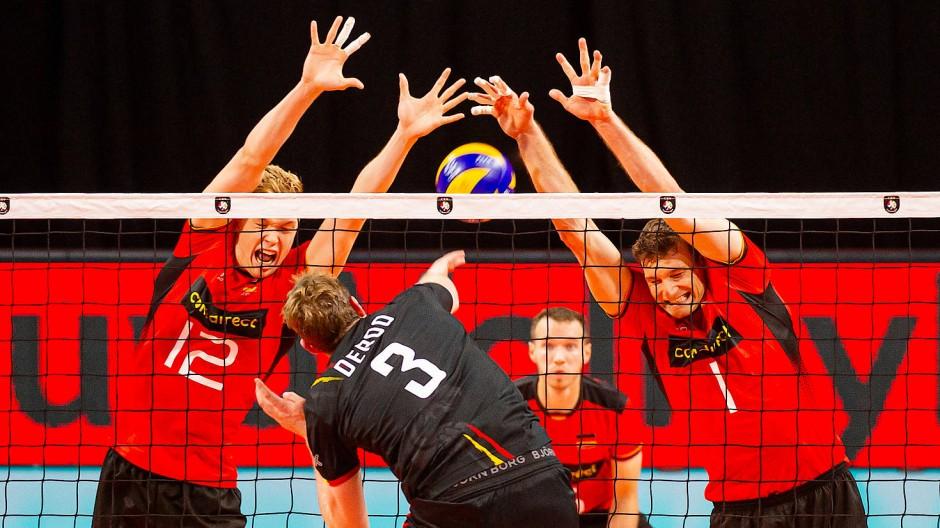 Unterlegen: Deutschland (hinten) verliert gegen Belgien bei der Volleyball-EM.
