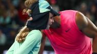 Rafael Nadal trifft das Ballmädchen und bittet mit einem Küsschen für Entschuldigung.