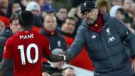 Spieler und Trainer beim FC Liverpool: Jürgen Klopp (rechts) klatscht mit Sadio Mané ab.