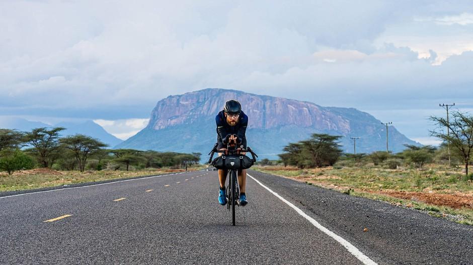 In Kenia: Jonas Deichmann im Oktober 2019 auf Rekordfahrt vom Nordkap nach Kapstadt