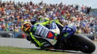 Der Zweirad-Held und seine Anhänger: Valentino Rossi kreist, die Menge jubelt ihm zu