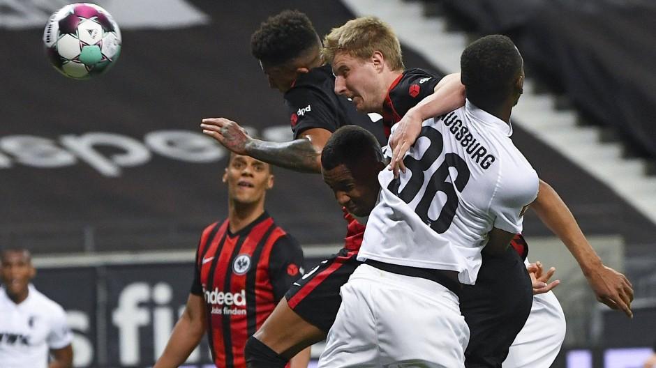 Hängt sich wieder für die Eintracht rein: Martin Hinteregger trifft per Kopf zum 1:0.