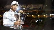 Lewis Hamilton ließ sich in Stuttgart noch einmal mit seiner  WM-Trophäe in Szene setzen
