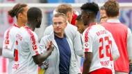 Leipzigs Trainer Ralf Rangnick (Mitte) mit seinen Spielern.