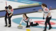 Star der Olympischen Winterspiele von Pyeongchang: Curling-Skip Kim Eun Jung beim Spielen des Steins