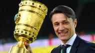 Stolzer Pokalsieger: Niko Kovac holt den Titel diesmal mit den Bayern.