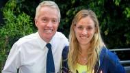 Zum 30. Geburtstag bekam Angelique Kerber (rechts) eine Torte von Turnierdirektor Craig Tiley.