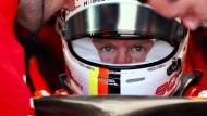 Harte Arbeit im roten Renner: Sebastian Vettel erlebt das Gegenteil eines Triumphzugs.