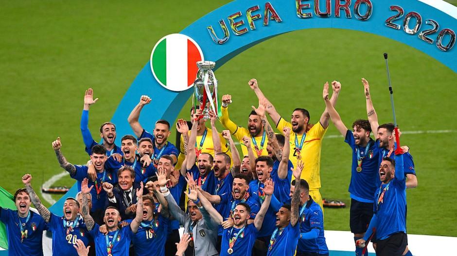 Nun ist sie perfekt, die magische italienische Nacht. Wie einst bei der WM 1990 von Gianna Nannini und Edoarto Bennato besungen, nur diesmal mit Pokal.