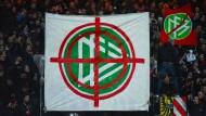 Ultras protestieren mit einem Fadenkreuz auf dem Logo des Deutschen Fußball-Bundes.