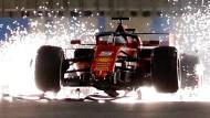 Der kaputte Wagen von Vettel gibt ein Feuerwerk in der Nacht von Bahrein.