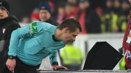 Vertrauen ist gut, Kontrolle ist besser: Schiedsrichter Patrick Ittrich schaut nach dem Videobeweis
