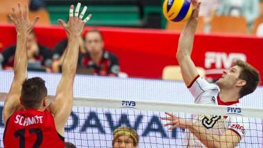 Schlagkräftig: Das deutsche Team um Sebastian Schwartz (r.) ist in der dritten Runde der WM