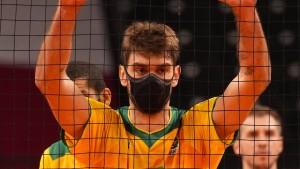Spieler trägt auch auf dem Feld eine Maske
