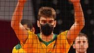 Lucas Saatkamp versucht sich auch auf dem Spielfeld zu schützen.