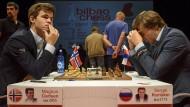 Denksport: Magnus Carlsen (links) ist der Favorit – Sergej Karjakin wird daher des Öfteren ins Grübeln kommen.