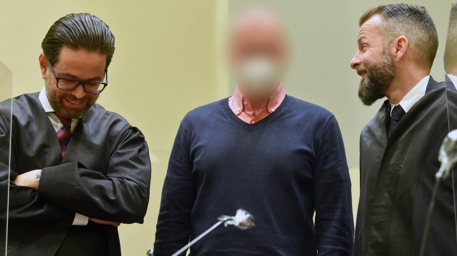 Mit Mark S. Mitte, hier mit Anwälten) und seinen Mitstreitern wurde erstmals ein Doping-Netzwerk auf Grundlage des deutschen Anti-Doping-Gesetzes verurteilt.