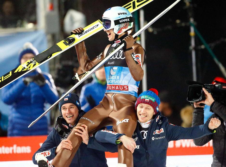 Auf Schultern: Kamil Stoch wird zur Skisprunglegende