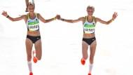 Hand in Hand – auf Platz 81 und 82. Anna und Lisa Hahner beim olympischen Marathon.