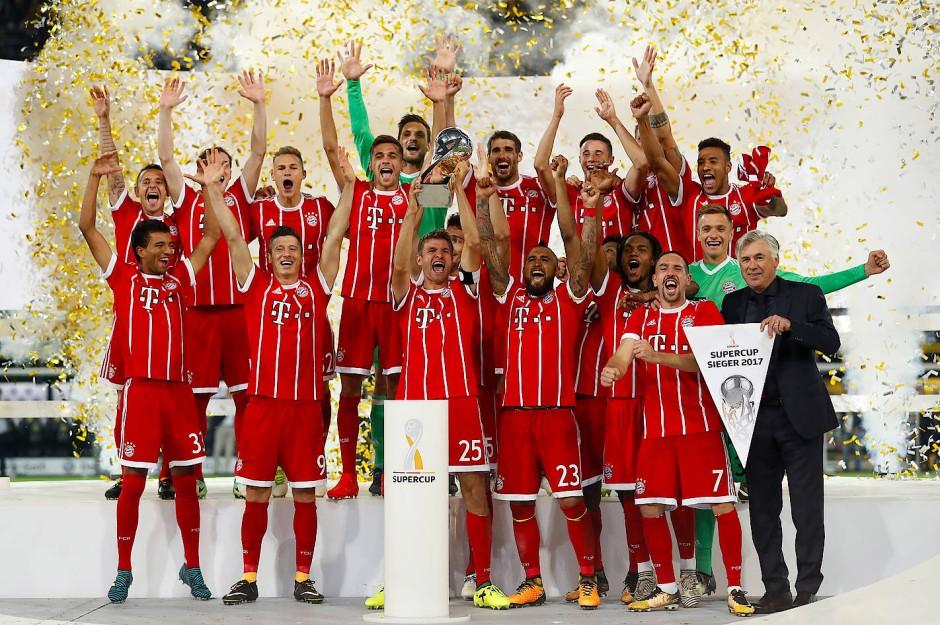 So sehen Supercup-Sieger aus: Die Bayern können wieder lachen.