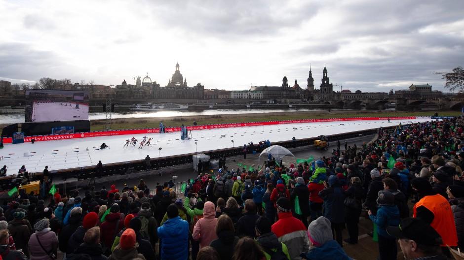 """""""Aus der Zeit gefallen"""": Wintersport in Städten, hier der Langlauf-Weltcup in Dresden, steht wegen des hohen Stromverbrauchs für die Schneekanonen in der Kritik."""