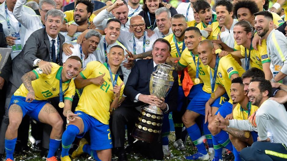 Trotz des Copa-Erfolgs 2019 ist Bolsonaros Botschaft nicht aufgegangen: Mit ihm kamen keine bessere Zeiten.