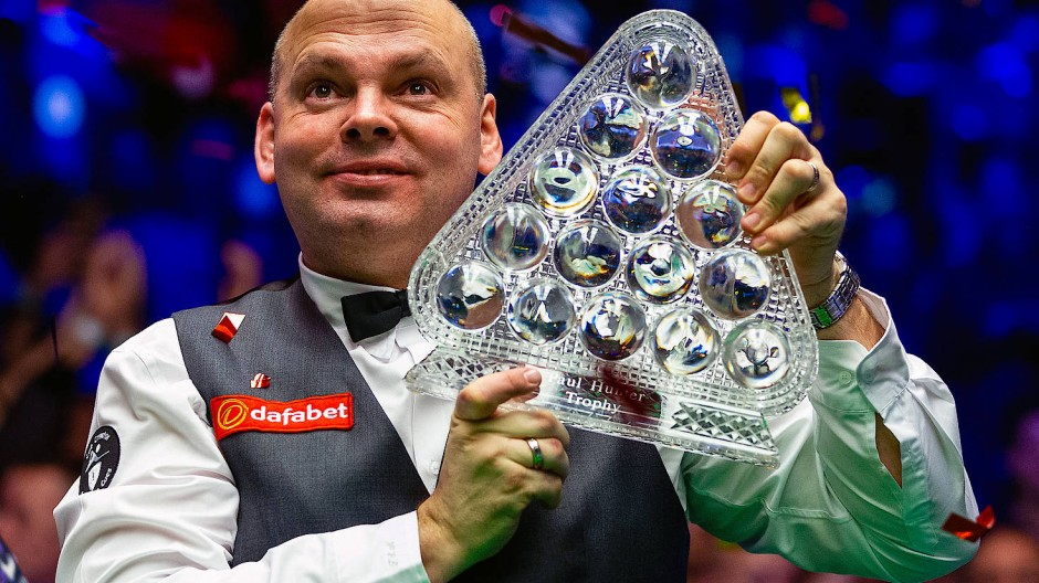 Stuart Bingham sichert sich die Trophäe beim Snooker-Masters.