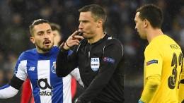 Leverkusener Bank hilft dem Video-Schiedsrichter