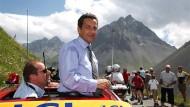 Eitel Sonnenschein: das Aushängeschild Tour soll glänzen - so will es auch Sarkozy (r., bei einem Besuch der Tour 2007 mit Renndirektor Christian Prudhomme)