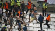 Fans prügeln sich im EM-Stadion