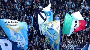 Fußball-Fans sorgen mit Mussolini-Banner für Eklat