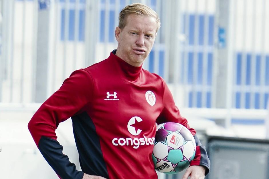 Er spricht am liebsten über Fußball: St. Paulis Trainer Timo Schultz