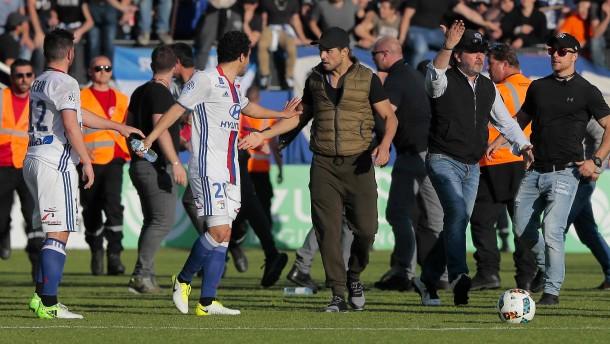 Lyon-Spiel nach Angriff auf Spieler abgebrochen