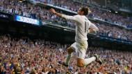 Springinsfeld: Bale lässt sich für seinen Schuss ins Glück feiern.