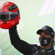 Hommage an Schumacher: Hamilton stellt den Sieg-Rekord des Deutschen ein und erinnert mit einem von Schumachers Sohn Mick überreichten Helm an die  Leistung des Rheinländers.