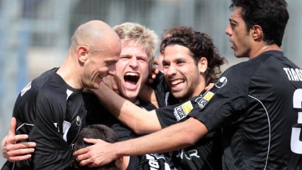 Ahlen dicht vor Abstieg - Union und Karlsruhe remis