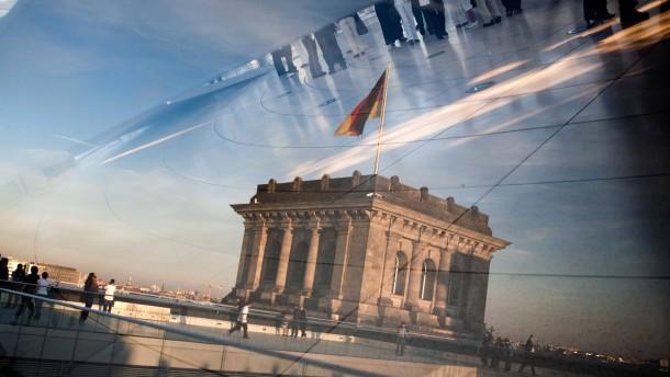 """Deutscher Bundestag - Nach mehrmonatiger Diskussion entscheidet der Bundestag in Berlin in abschließender Lesung über die Erweiterung des Euro-Rettungsfonds """"Europäische Finanzstabilisierungsfazilität"""" (EFSF)."""