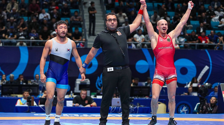 Nicht umsonst gekämpft: Ringer Frank Stäbler (rechts) hat sich im September gegen Han-Su Ryu das Olympiaticket gesichert und darf es behalten.