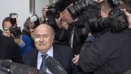 Joseph Blatter auf dem Weg zur Pressekonferenz